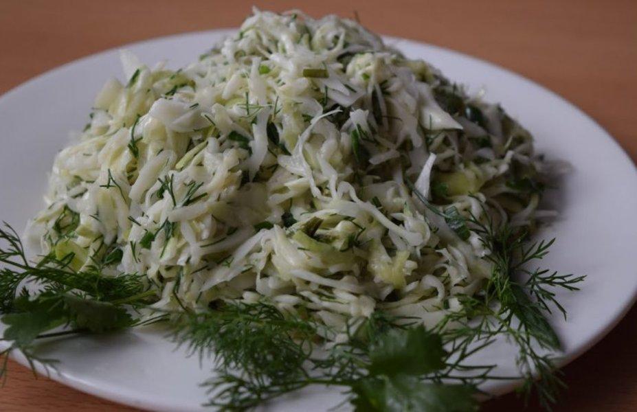 """Салат """"Витаминный"""" с квашенной капустой и зеленью"""
