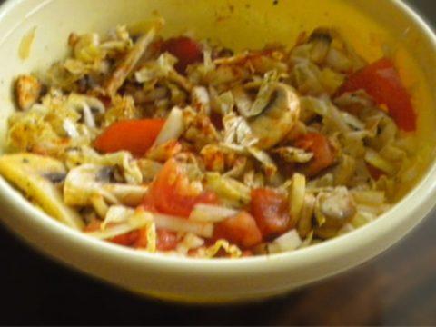Салат из сырых шампиньонов с помидорами и пекинской капустой