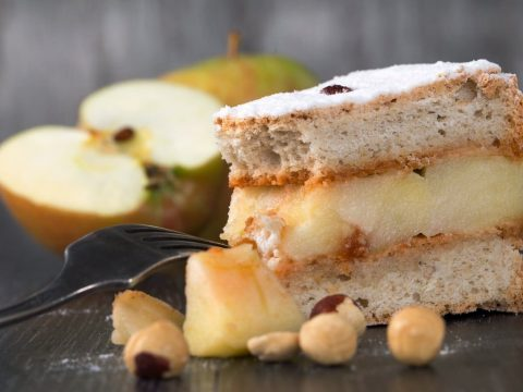 Яблочный торт с кремом из сметаны и сахара