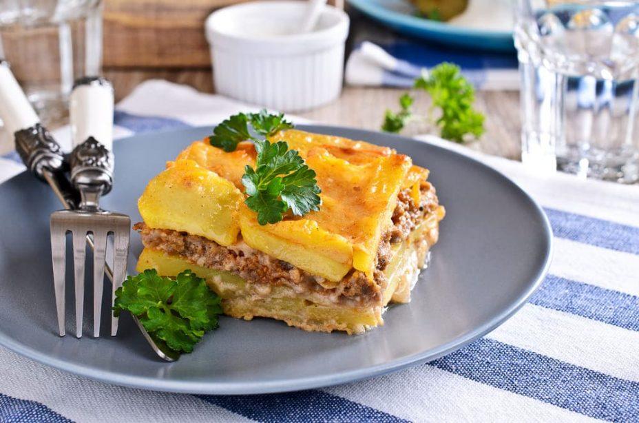 Картофельно-мясная запеканка с говядиной, молоком, яйцами и петрушкой