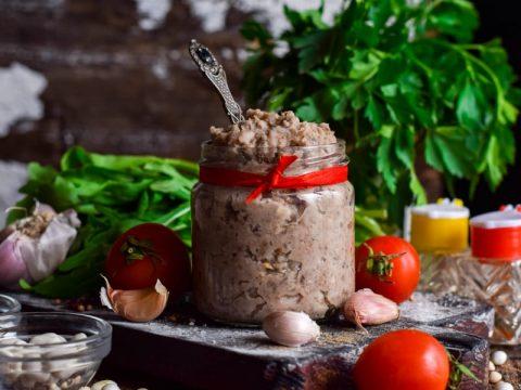 Фасолевый паштет с сельдью, грибами и майораном