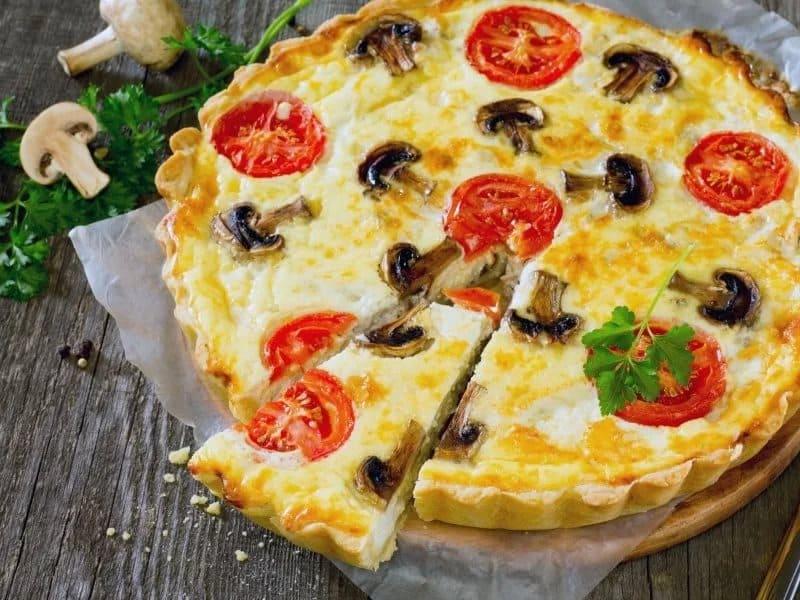 Ароматный киш с курицей, сыром, томатами и шампиньонами