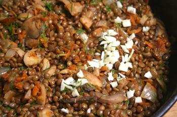 Добавляем чечевицу к грибам и овощам