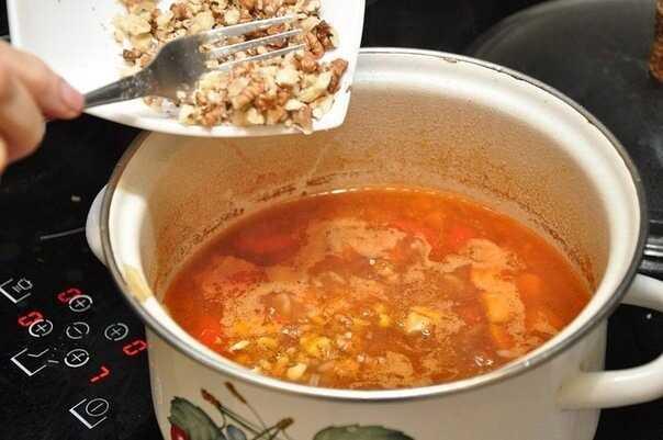 Ложим орехи в суп