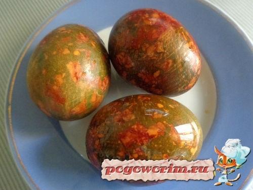 Как сделать мраморные яйца на Пасху с луковой шелухой и зеленкой пошагово