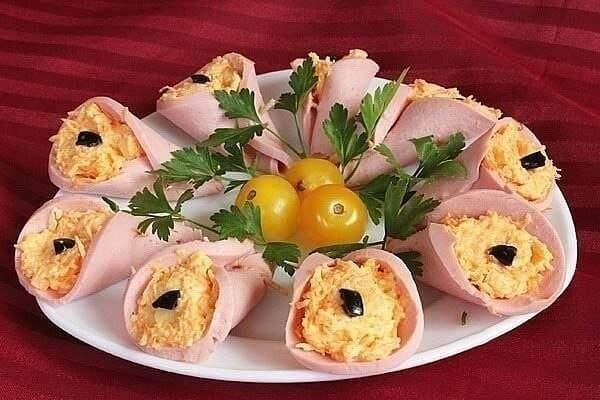 """Новогодние """"колокольчики"""" из вареной колбасы, моркови и сыра"""