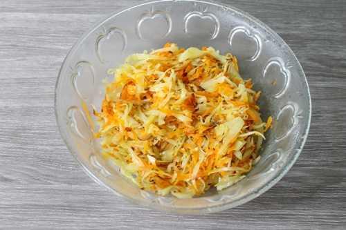 Морковь и капуста в тарелке