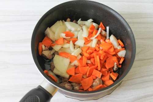 Морковь с луком и мясом для плова