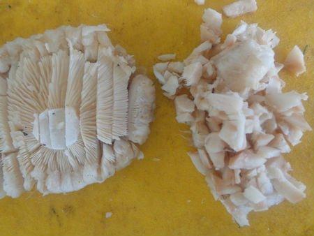 Нарезаем грибы кубиками