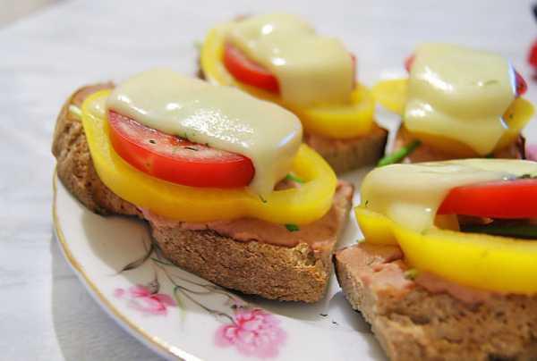 Бутерброд с помидорами, сыром и сладким перцем