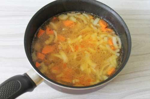 Варим лук и морковь с мясом