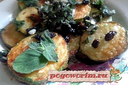 Жаренные кабачки кружочками с чесноком и изюмом на сковороде