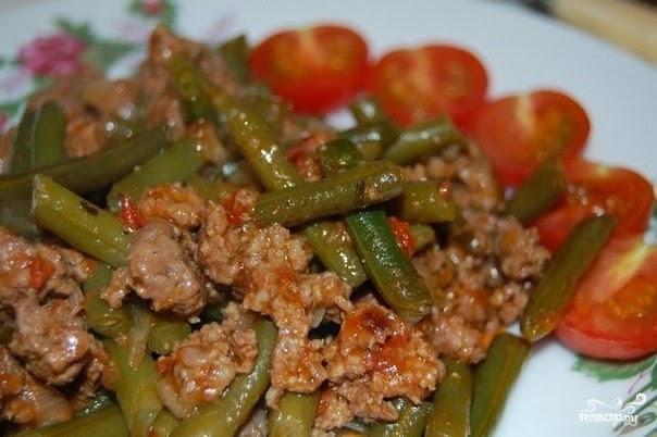 Стручковая фасоль с фаршем в томатном соусе на сковороде