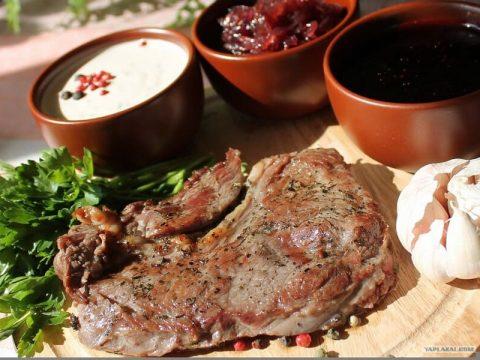 4 рецепта ароматных и оригинальных соусов для стейка