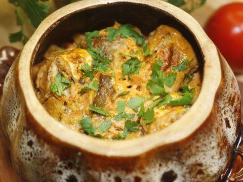 Рыба в горшочке с картофелем и капустой
