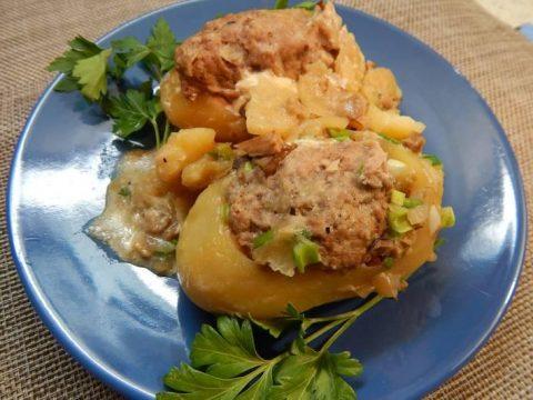 Фаршированный картофель под грибным соусом