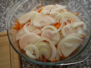 Лук нашинковать так, как нравится вам и выложить на морковь.