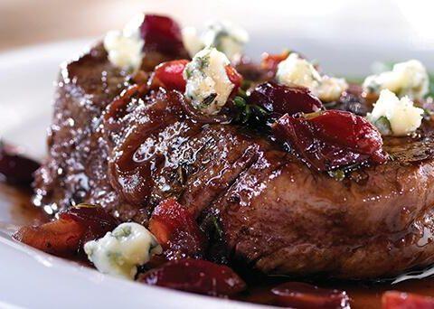 Стейк из говядины с вишневым соусом